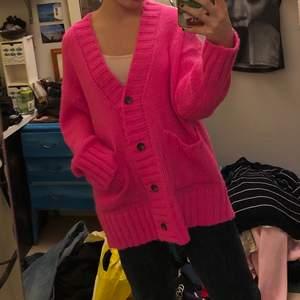 Hej, säljer denna goa neon kofta från nakd. Härlig neon rosa färg. Ni ser ju att den är superhärligt oversized, jag är vanligtvis small. Står dock storlek xs. Trendig och livar upp vardagen! Gör ont och sälja men förtjänar någon som använder den mer :)