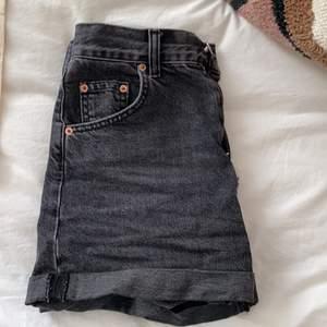 Jeansshorts från Urban Outfitters i väldigt bra skick, endast använd fåtal gånger. Utsålda och eftertraktade startbudet ligger på 100 kr