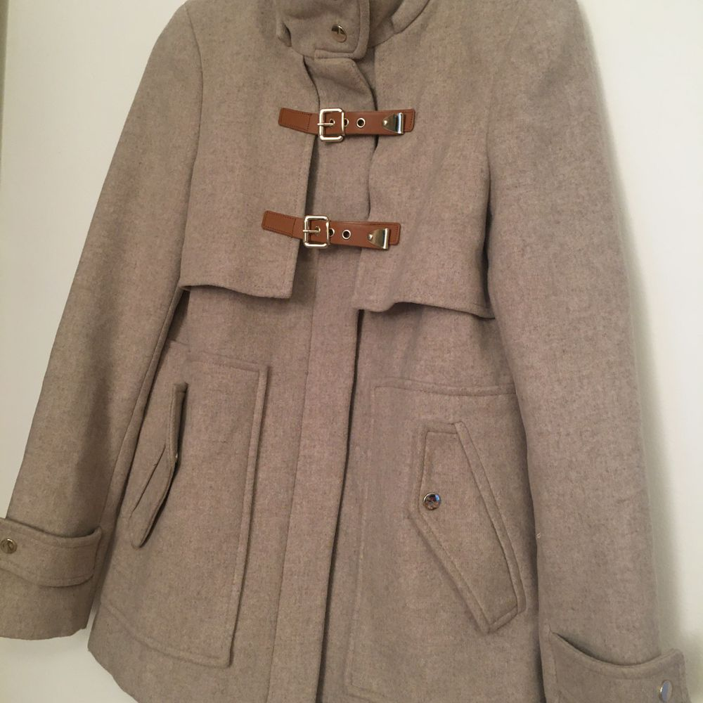 ZARA beige duffle coat without the hood. Excellent condition. 75% wool Lenght(cm): 68 Chest(cm): 96 Size S, but it can easily fit M  Pick up available in Kungsholmen  Please check out my other items! :) . Jackor.