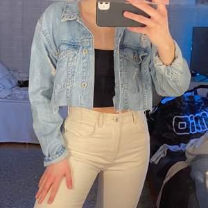 Jag säljer denna jeansjacka som är kroppad/avklippt . Den är i strl L. Jag brukar vanligtvis ha S så därför är den oversize vilket är väldigt fint. Köpt för 400kr och använt högst en gång. Köparen står för frakten!!