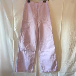 Ljuslila/rosa vida jeans, färgen syns bäst på 3:e bilden. Använda endast fåtal gånger så dem e fortfarande i nyskick💗