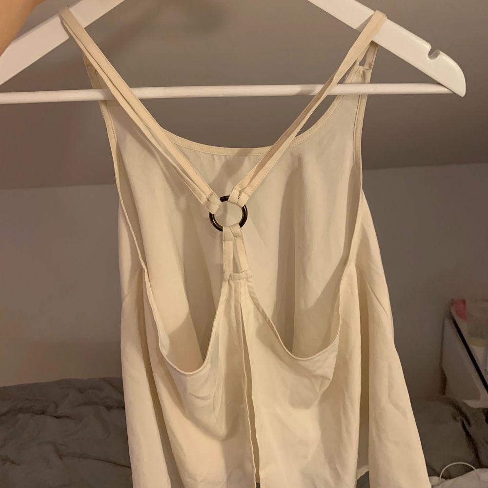 Fint linne ifrån Gina tricot. Strl 34 men passar även 36 och möjligtvis 38. Köparen står för frakt. Pris kan diskuteras. Toppar.