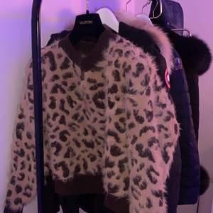 Stickad fluffig leo tröja, jättefin o jätteskönt material, ej stickig alls . Ej min stil längre. Passar xxs-m de är stretch ,  Skriv privat för frågor .
