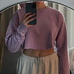Snygg lila sweatshirt som jag har croppat själv. Passar bra till det mesta. Köparen står för frakt på 59 kr.