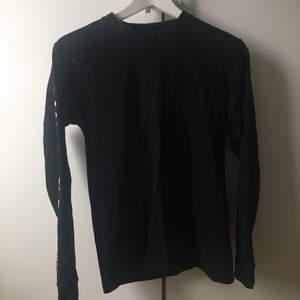 Långärmad tröja från Independent, snyggt tryck på baksidan och på ärmen. Används inte så mycket som jag hade viljat. Köparen står för frakt!