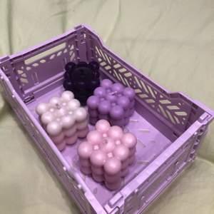 Gör egna bubble candle av återvunnet stearin, kan göra i olika färger som ni ser på bilderna, går över att göra i olika nyanser! Ett ljus kostar 70kr + frakt 🧚🏻♀️☁️  (kan förekomma defekter såsom att dom inte är helt släta eller små bubblor men jag försöker göra dom så bra som möjligt)