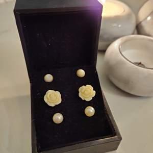 Tre par söta örhängen. Ett par vita rosorörhängen och två olika typer av pärlörhängen. Priser: 25 kr styck eller 60 kr för alla. 😁