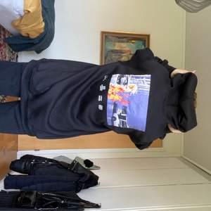 Oversized svart hoodie med tryck från rollangel. Aldrig använd. Köpte den för 300. Köpare står för frakt