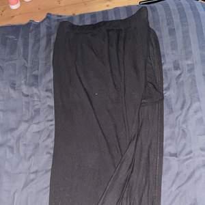 Jättefin svart långkjol med slits. Storlek S. Köper du denna och minst tre andra saker från min sida står jag för frakten 🤩