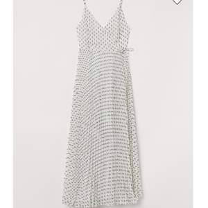 Helt ny drömmig omlottklänning i storlek 42, lapp kvar. Köpt för 700kr men jag säljer den för 299kr då den tyvärr inte passar mig.