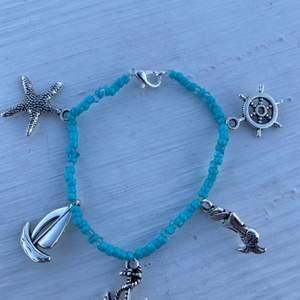 """Armband som jag gjort själv, fem stycken berlocker på med """"hav tema"""" eller vad man säger. Jättefin till sommaren! Priset beror på berlockerna❤️"""