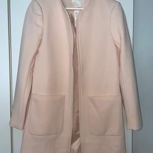 Ljusrosa kappa från H&M, storlek 36. Lite liten i storleken. Aldrig använd. Buda privat!