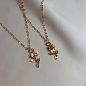 ros halsband 🥀🤍 49:- + frakt 11 kr ♡ - roshänge, perfekt för alla hjärtans dag ❤️ - guldfärgad kedja ca 40 cm - förlängning ♡ - beställ via celestesmycken.etsy.com eller på instagram @celestesmycken 🤍✨