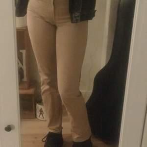 Fina figursydda jeans i en beige färg. Mellan högmidjade jeans. Använda men i mycket bra skick. De är ganska långa vilket jag gillar (jag är 175). Stl 30w (sitter bra på mig som brukar ha 27/28w). Frakt tillkommer