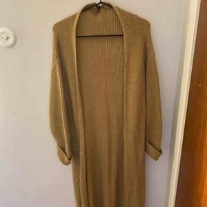 Lång brun grovstickad cardigan från NA-KD