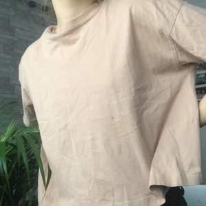 gammelrosa tshirt från weekday! använt några gånger! köparen betalar för frakten!