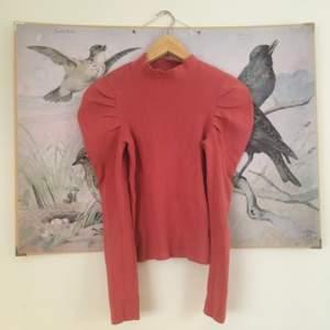 Så fin tröja och skönt material. Liten i storlek. Jättehärlig färg 🎀 från Gina tricot men jag har köpt den second hand,tyvärr var det ett litet hål i armhålan när jag köpte den. Det har jag lagat (se andra bilden).