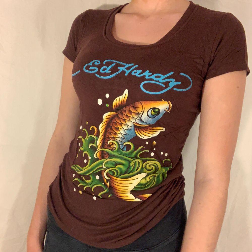 Brun T-shirt med tryck från Ed Hardy. Ok skick. KÖP DIREKT 200+frakt. T-shirts.