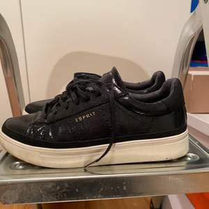 Super söta Espirt skor i storlek 37, använda fåtal gånger men i väldigt fin skick, fixar de såklart innan de säljs!