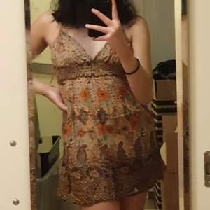 En jättefin brun klänning som är bra för sommaren<3 , skriv privat om ni har fler frågor:) (buda privat❤️)