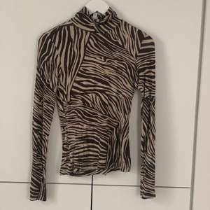 Jättefin och JÄTTESKÖN polotröja med zebramönster! väldigt tunn i materialet så funkar utmärkt för layering ✨✨ 50kr exklusive frakt🥰🥰