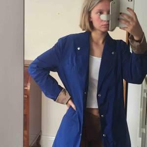 Klarblå jacka/kappa från J.Lindeberg. Perfekt i höstvindarna! Står storlek L. Sitter på mig på bilden (som är S) och det passar bra de också. Superfint skick! Möts på södermalm. Frakt tillkommer! 💙💙💙