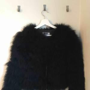 Pälsjacka från Dennis Maglic! Köpt för 1499kr. Säljer pga ej min stil längre Köpare står för frakt