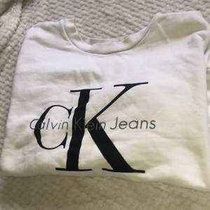 Vit tröja från Calvin Klein i stl XS. Nypris 999kr och säljer billigt för att bli av med kläder ur garderoben☺️ Går att hämtas i Linköping eller skickas på posten (köparen står för frakten - 59kr) 💕 Skriv om du har fler frågor eller vill köpa tröjan🤍
