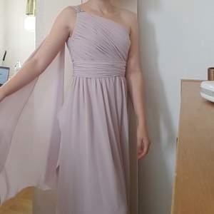 Jättefin one-shoulder balklänning i felfritt skick. Köpt på sellout där den endast vart använd en gång, men aldrig av mig utan bara prövad. Hör av er om ni har frågor! :-) superfin drapering! Föreslå pris vid intresse  :)