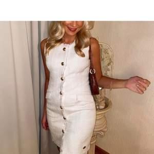 Säljer nu denna superfina klänning, använd endast en gång. Guldiga knappar. Buda från 200kr. Frakt tillkommer.