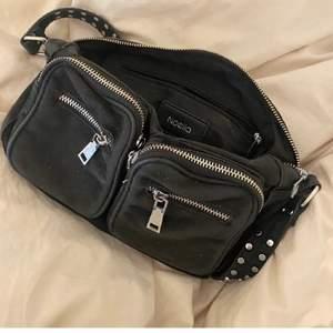 Säljer denna fina svarta väska. I ett gott skick. Superfin och lagom att ha som handväska! Frakt tillkommer!💕