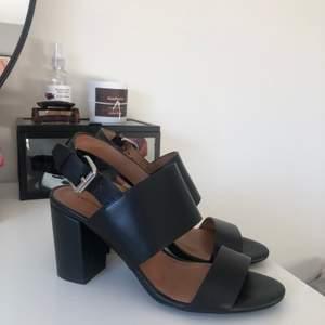 Svarta lädersandaler från &Other Stories. Storlek 39 (TTS). 100% äkta skinn. Silvriga spännen. Sparsamt använda, ser inget att anmärka på i skicket. 800 kr ☁️