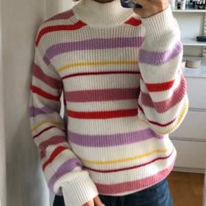 Säljer min stickade tröja från Soaked In Luxury. Jättefin med olika färgade ränder. Nästan aldrig använd så den är i toppskick! Nypris 600kr.