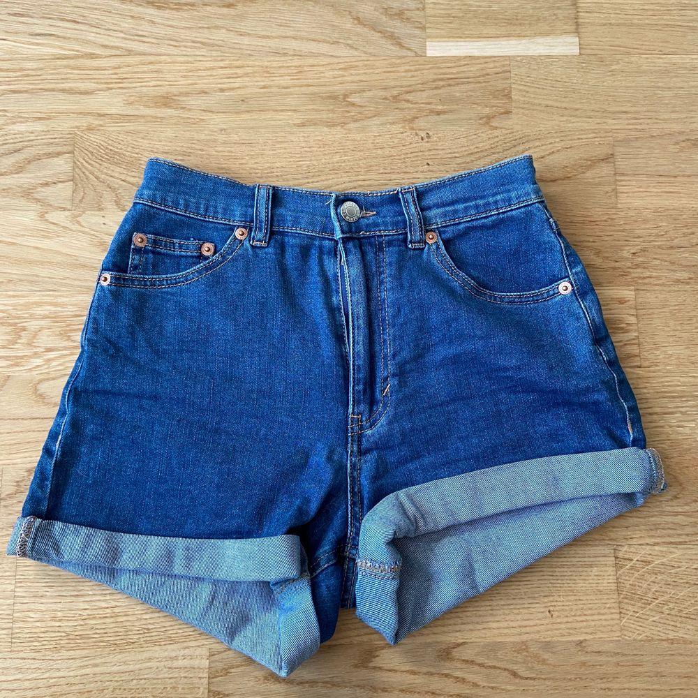 Super fina shorts från pull and bear i bra skick och höga i midjan storlek 36. Shorts.