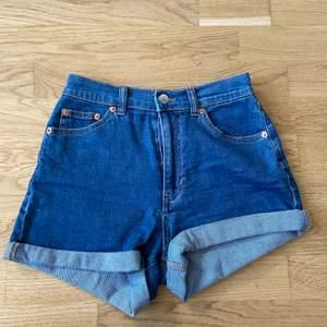 Super fina shorts från pull and bear i bra skick och höga i midjan storlek 36