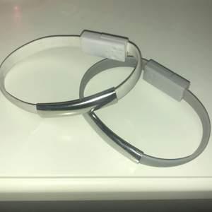 Två armband som är jätte praktiska att ha me sig, och man har alltid med sig en laddare fast som armband. Aldrig använda då de är förstora för mig, men har testat dem och funkar utmärkt. Pris: 1 för 30kr + frakt, 2 för 50kr +frakt. Laddaren funkar till IPhone.