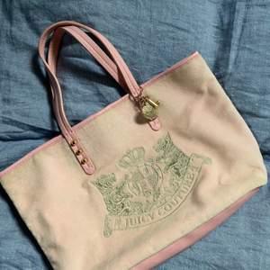 Rosa sammet väska med skinn handtag. Vintage stuk och är super fin att ha till en simpel outfit!