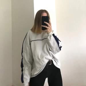 Ascool sweatshirt som jag köpte i en vintageaffär för någon månad sedan!🤍 Märke och storlek är okänd, men den känns som en L. Köparen står för frakten. Kan även hämtas i Uppsala 🥰 budgivning tills fredag 22.00 med 5min-regeln! Högsta bud är nu 110❤️