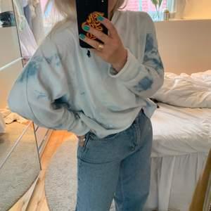 En tunn sweatshirt från Ralphlauren i tiedye färg! Fint skick men har någon liten fläck på ena ärmen som inte syns om man viker upp den. Storlek m men sitter snyggt oversize på mig. (Många intresserade och det är först till kvarn som gäller!)