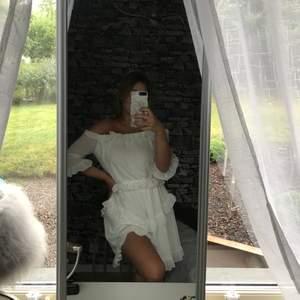 Vit off-shoulder klänning från Dennis maglic. Använd endast i gång, inköpt för 599kr.