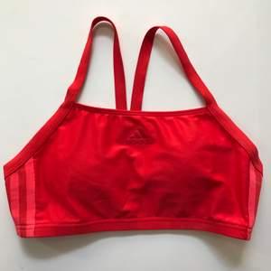 Säljer min röda bikinitopp från Adidas. Använd men inte mycket då den är för liten för mig, så superbra skick. Storlek 34 eller XS. Köparen står för frakt eller möts ev. upp i Stockholm.
