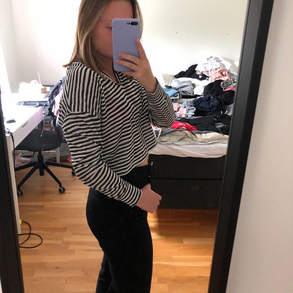 En långärmad randig tröja som är V-ringad och har ett ganska luftigt material💨 säljer då jag inte använt den så mycket. Tröjor & Koftor.