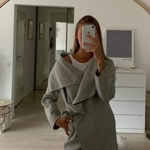 Elegant och jättefin kappa från Zara i storlek S - perfekt nu till hösten 😍😍 Frakt tillkommer 💛