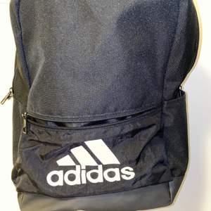 En perfekt storlek på denna Adidas ryggsäck. Sparsamt använd ca 3 gånger. Nypris är ca 700 kr. Frakt på 63 kr tillkommer!