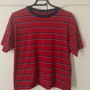 jättesöt röd t-Shirt med marin blå o vita ränder ifrån brandy Melville💗