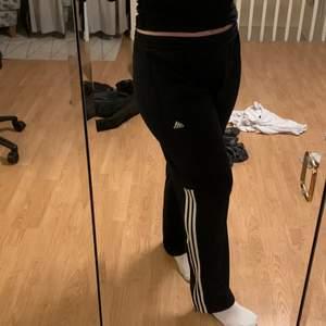 Adidas mjukisbyxor i storlek L. Ytterst lite slitage. Pris kan självklart diskuteras, du som kund står för frakt!