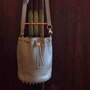 Over shoulder väska med fina studs under, knappt använd, har till och med inte tagit av lapparna! Nypris 8.000 kr, skicka ett meddelande vid intresse! Priset kan diskuteras