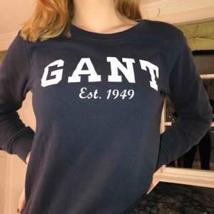Trendig blå Gant tröja i mycket bra skick! Väldigt varm till vintern och bra att ha i vardagen. Storleken är S men passar även XS. Ordinarie pris var minst 800 kr.