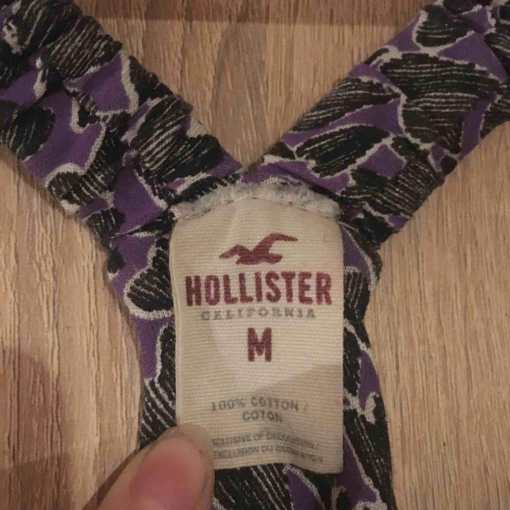 Ett lila mönstrat linne från Hollister. Den är i strl M men skulle nog säga mer en S. Fint skick. 30kr. Toppar.