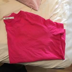 Oversized t-shirt från NAKD. Aldrig använd. Precis inköpt.